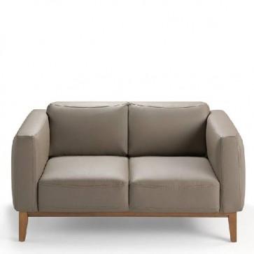 Divano imbottito Angel Cerdà 2 posti con struttura in legno di noce. Divani rivestito in pelle, ideale in soggiorno.