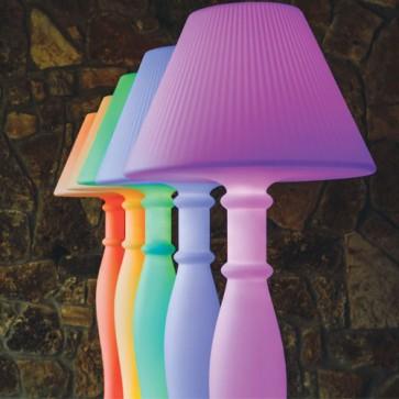Lampada da terra design in polietilene bianco per interni. Lampade luminose da esterno illuminate di luce LED RGB azionabile con telecomando