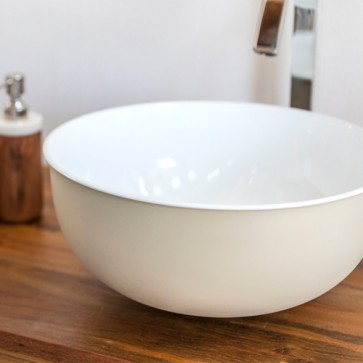 Lavandino Cipì da appoggio in metallo, interno smaltato bianco. Lavandini bagno a ciotola sospesi, esterno di colore ecru.