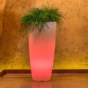 Vaso luminoso da giardino in resina bianca per esterno. Vasi luminosi da interno illuminati di luce rossa, ideale per le piante del terrazzo.
