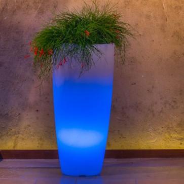 Vaso luminoso da giardino per esterno. Vasi illuminati di luce blu, per piante in resina bianca per interno.
