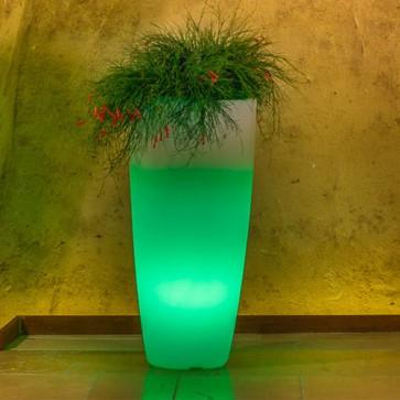 Vaso luminoso da giardino per esterno. Vasi illuminati di luce verde, per piante in resina bianca per interno.