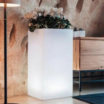 Vaso luminoso da giardino in resina bianca per esterno. Vasi da interno illuminati di luce bianca, ideale per le piante del terrazzo.