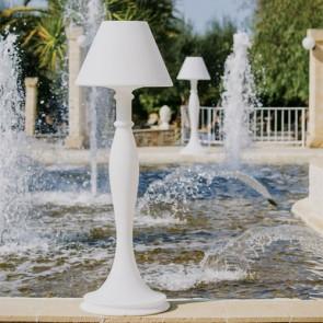 Lampada da terra design in polietilene bianco per interni. Lampade luminose da esterno illuminate di luce bianca, piantana luminosa ideale per il giardino.