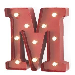 Lampada a forma di lettera luminosa M in ferro rosso anticato, lettere luminose con lucine led.