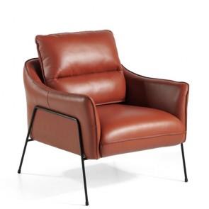 Poltrona Angel Cerdà rivestita in pelle di vacchetta e gambe in acciaio verniciate nero. Poltrone vintage, ideali in soggiorno.