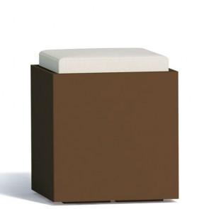Pouf contenitori per esterno con cuscino in ecopelle bianco. Sgabello design Monacis in polietilene marrone con vano contenitore, ideale per il tuo giardino di casa.