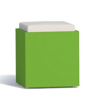 Pouf contenitori per esterno con cuscino in ecopelle bianco. Sgabello design Monacis in polietilene verde con vano contenitore, ideale per il tuo giardino di casa.