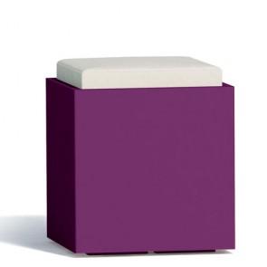 Pouf contenitori per esterno con cuscino in ecopelle bianco. Sgabello design Monacis in polietilene viola con vano contenitore, ideale per il tuo giardino di casa.